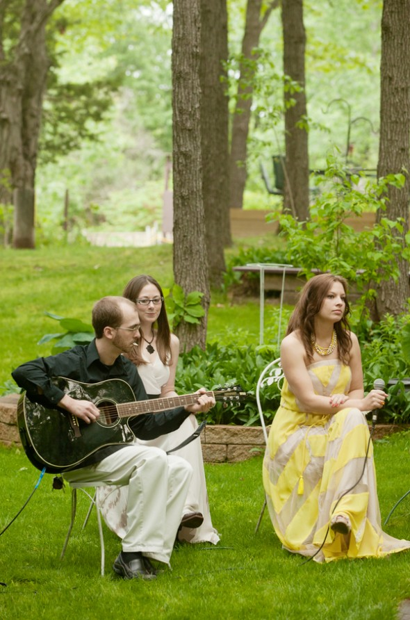 folk-band-at-outdoor-wedding