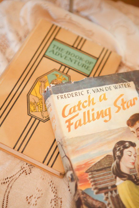 vintage-books-at-wedding