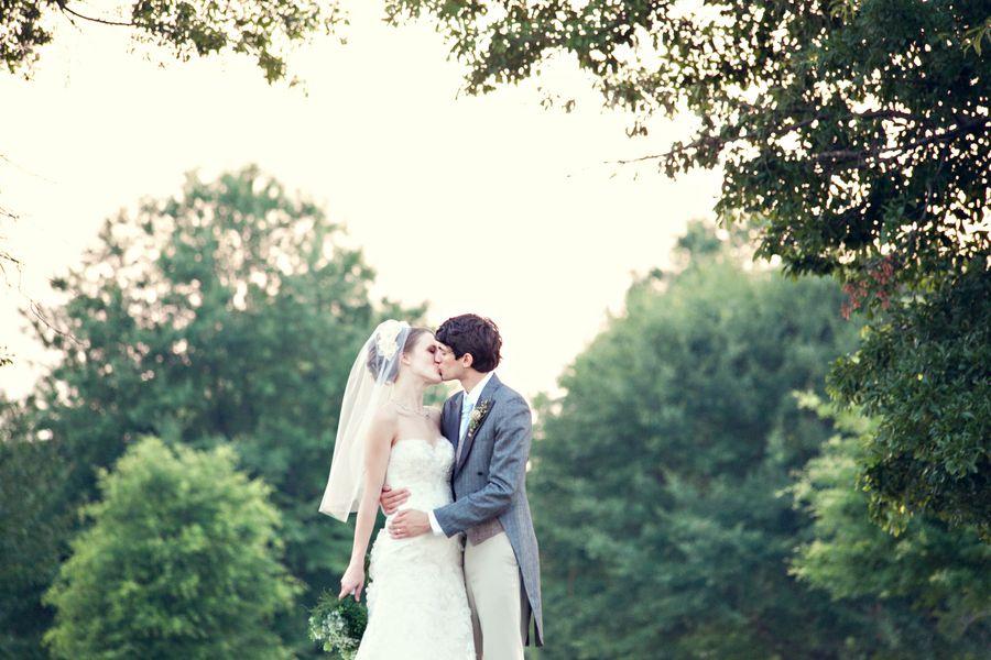 bride groom tree kiss